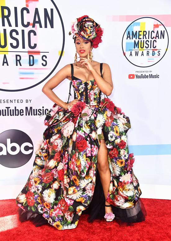 Rapper Cardi B gây ấn tượng với bộ đầm hoa.