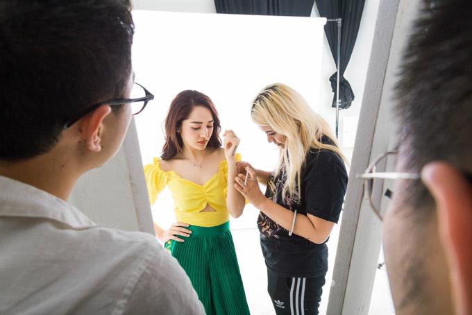 Với nhiều concept chụp hình, Bảo Anh liên tục phải thay trang phục và đổi phong cách make-up.
