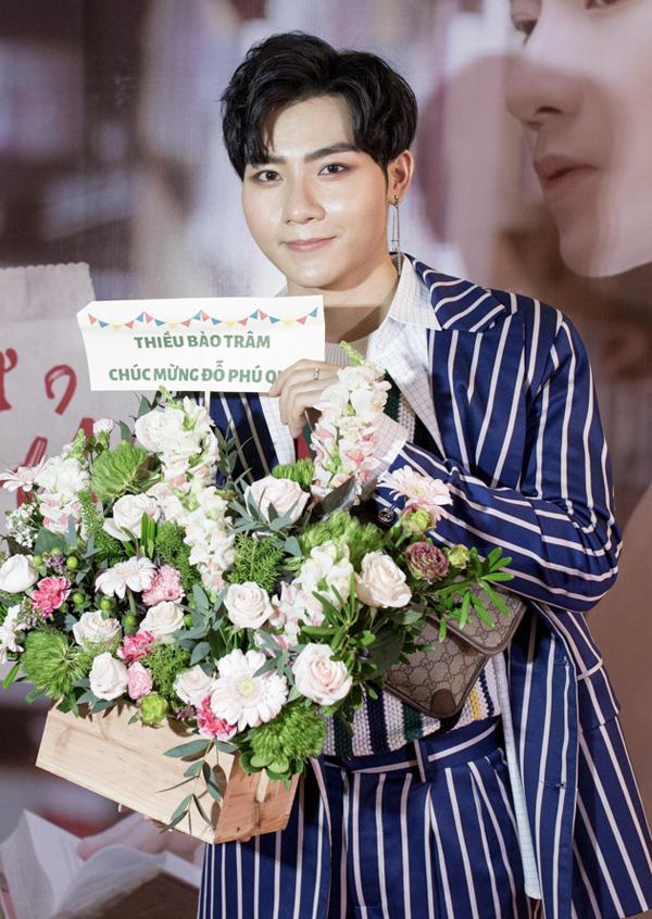 Thiều Bảo Trâm bận việc riêng không tới dự họp báo của Đỗ Phú Quí nên đã gửi lẵng hoa chúc mừng anh.