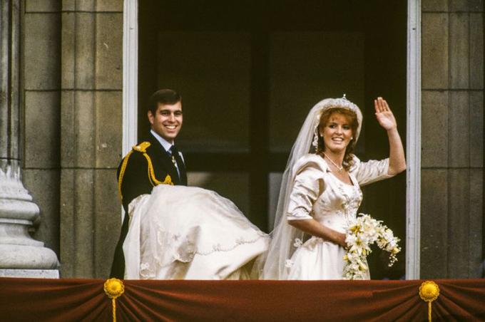 Hoàng tử Andrew và vợ, bà Sarah Ferguson, trong đám cưới năm 1986. Ảnh: Hulton Archive.