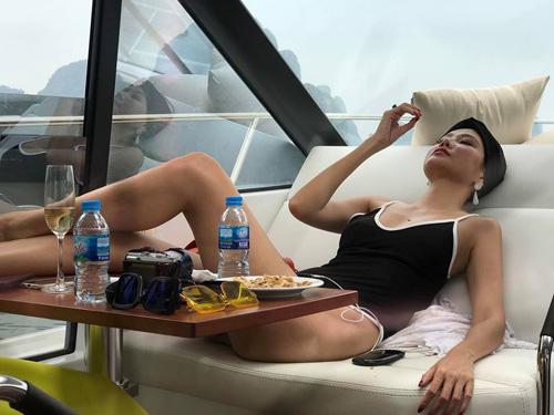 Dương Yến Ngọc tận hưởng kỳ nghỉ trên du thuyền ở Hạ Long.