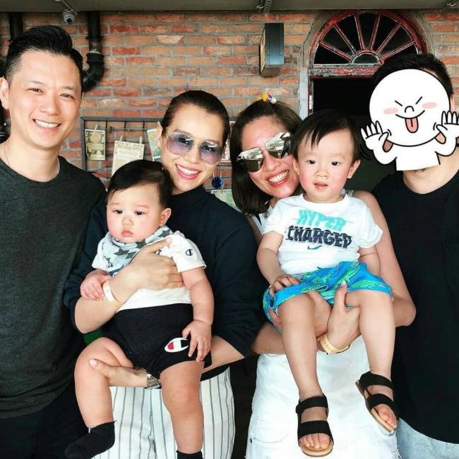 Vợ chồng Hạnh Nhi cùng con trai và bạn bè.