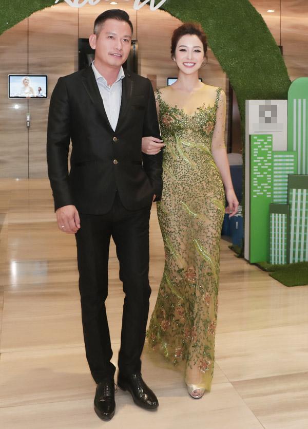 Hoa hậu châu Á tại Mỹ 2006diện đầm đính kết tinh tế của NTK Hoàng Hải khi sóng đôi ông xã đến dự buổi ra mắt sản phẩm mà cô làm đại sứ.
