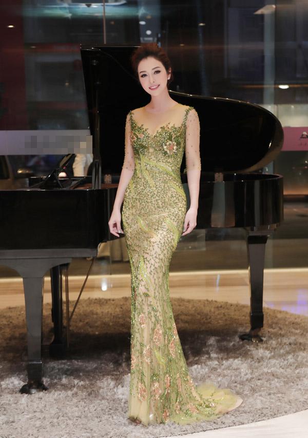 Ở tuổi 33, Jennifer Phạm được nhiều khán giả ngưỡng mộ về nhan sắc trẻ trung dù đã trải qua ba lần sinh nở. Cô cũng có cuộc sống viên mãn sau một lần đổ vỡ.