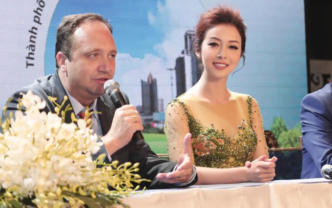 Jennifer Phạm rạng rỡ giao lưu với các vị khách quốc tế trong sự kiện.