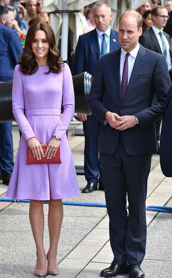 Kate và chồng trong chuyến công du Đức và Ba Lan hồi tháng 7/2017. Ảnh: REX.