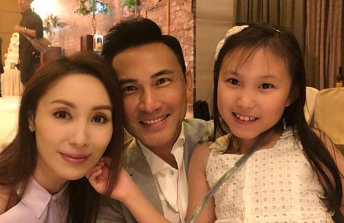 Vợ chồng Khả Doanh, Lâm Văn Long và con gái Tania.