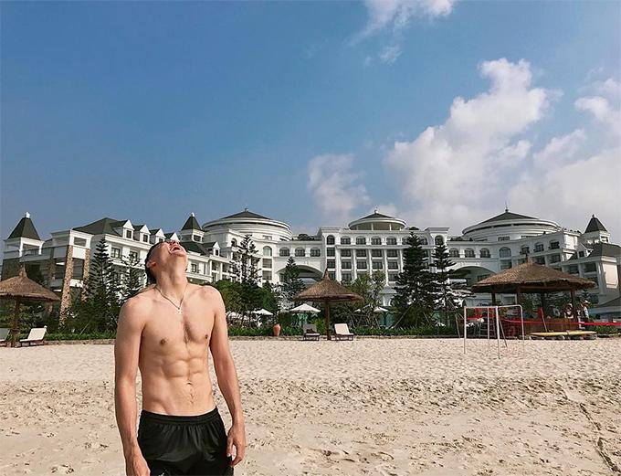Văn Lâm khoe cơ bụng tại một resort ở Hạ Long. Ảnh: Instagram.
