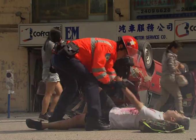 Nhân vật Mạch Tại Điền của Mã Đức Chung bế thốc một nạn nhân trong vụ nổ trong khi chưa kiểm tra tình trạng cơ thể