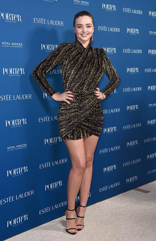 Miranda Kerr xinh tươi khoe dáng trong GalaIncredible Women của tạp chí Porter. Đây là lần đầu tiên cô tới thảm đỏ từ khi sinh con trai thứ hai vào tháng 5.