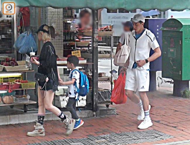 Vợ chồng Hạo Nhiên đưa con đi mua sắm hôm đầu tuần.