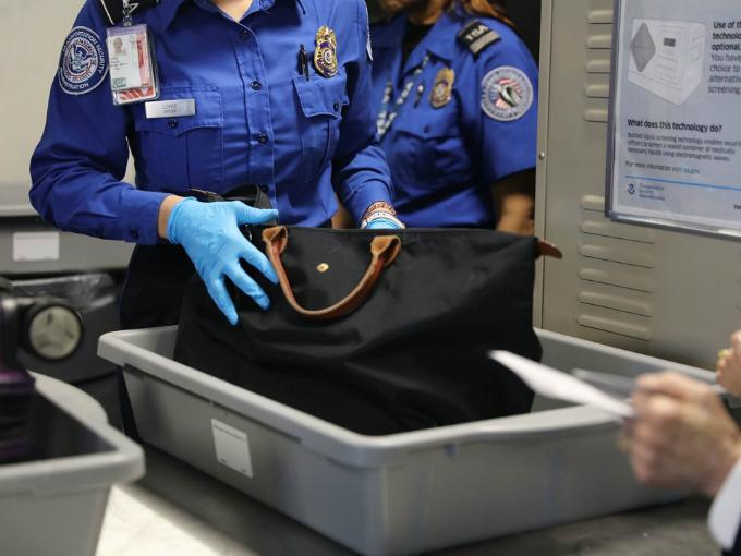 Lộ diện vật dụng bẩn hơn cả toilet mang mầm bệnh lây lan ở sân bay