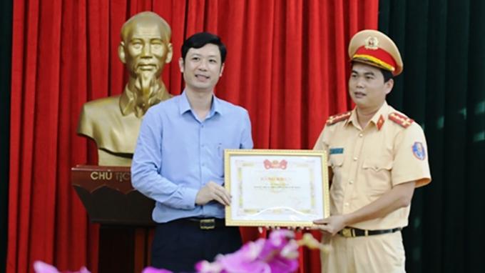 Bí thư Tỉnh đoàn Thanh Hoá Lê Văn Trung tặng bằng khen cho cán bộ cảnh sát trẻ.