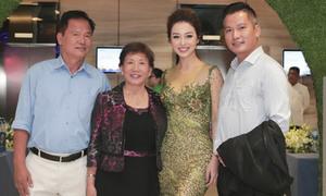Bố mẹ chồng hiếm hoi xuất hiện cùng Jennifer Phạm