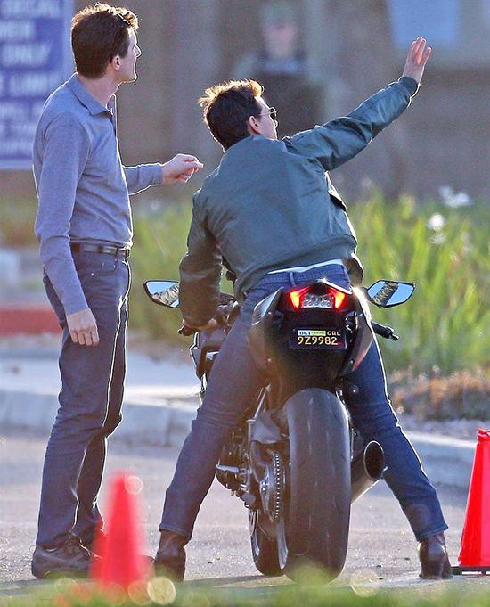 Để có những cảnh quay chân thực nhất, Tom Cruisekhông ngạimạo hiểm đích thân diễn xuất, từ chối diễn viên đóng thế.