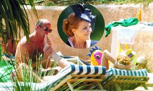 Bức ảnh để người tình mút chân khiến nữ công tước bị đuổi khỏi Hoàng gia Anh