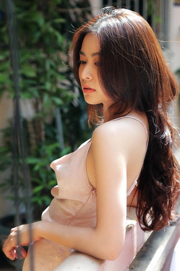 Hoàng Thùy Linh sở hữu vẻ đẹp tự nhiên với đôi mắt bồ câu, sống mũi cao, vóc dáng cân đối. Khi xuất hiện trước công chúng, cô thường diện những bộ cánh hàng hiệu và trang điểm kỹ lưỡng.