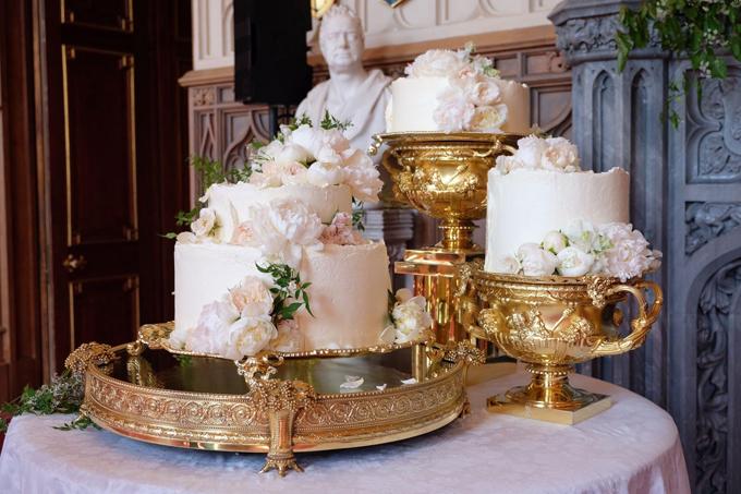 Bánh cưới của Hoàng tử Harry được đặt trên cốc và đĩa thay vì xếp chồng lên nhau. Ảnh: Pinterest