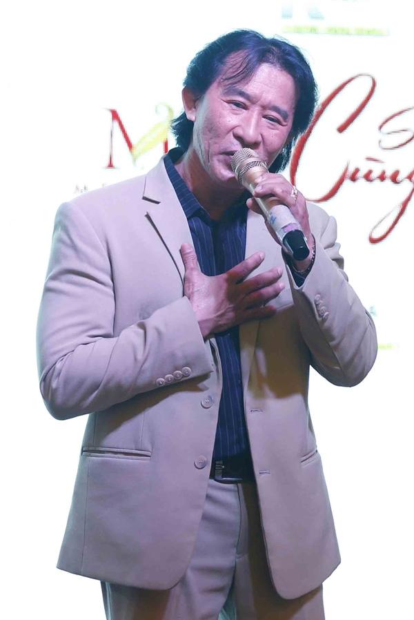 Trên sân khấu, Chế Dũng hát bài Đoạn tái bút - một sáng tác của chính Chế Linh.
