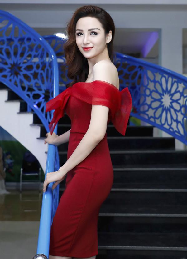 Hoa hậu Thế giới người Việt 2010 diện váy đỏ, khoe vóc dáng mảnh mai, dù đã làm mẹ.
