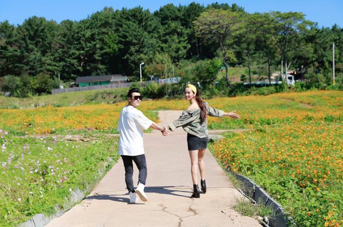 Cặp đôi tung tăng nắm tay nhau dạo chơi, ngắm cảnh vùng ngoại ô trong lành, hoang sơ.