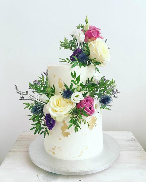 Một chiếc bánh do đầu bếp Sophie Cabot thực hiện được trang trí bởi hoa hồng tươi.