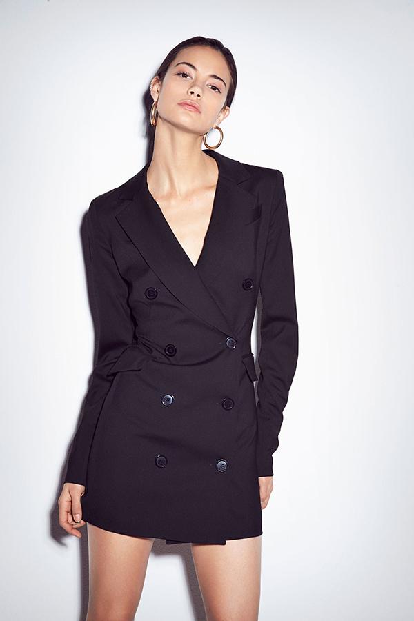 Lấy cảm hứng từ vẻ đẹp thanh lịch của các mẫu áo vest, blazer, các nhà mốt thế giới đã mang tới các mẫu blazer dress tôn nét hiện đại cho người mặc.