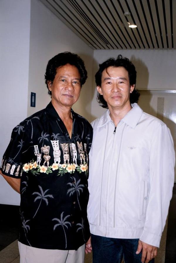 Chế Dũng kể thêm,Chế Linh là người bốtình cảm, thỉnh thoảng ông về Việt Nam hai cha con vẫn gặp nhau uống cà phê. Anhchỉ tiếcchưa có cơ hội được hát cùng cha trên sân khấu.