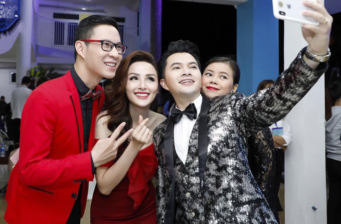 Diễm Hương rất vui khi hội ngộ MC Anh Quân, ca sĩ Nam Cường và Diễm Phương tại phố núi.