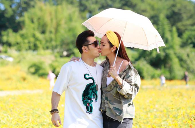 Đôi uyên ương ngọt ngào khóa môi nhau giữa cảnh mùa thu rực sắc hoa vàng ở Hàn Quốc.