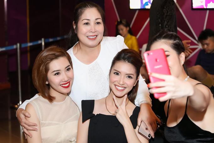 Bà Mai và con gái vui vẻ chụp ảnh cùng mọi người tại sự kiện của Xuân Nghị.