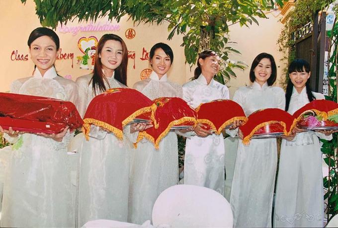 Dàn bưng tráp toàn mỹ nhân trong đám cưới cựu siêu mẫu Bằng Lăng.