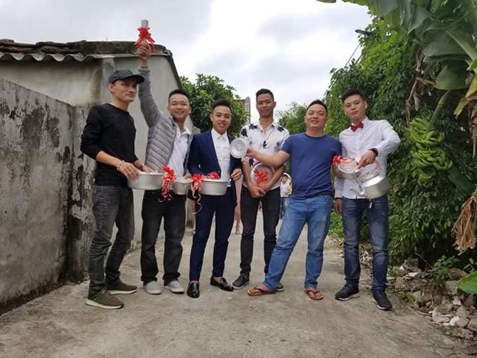 6 người bạn thân của chú rể đã chuẩn bịxoong nồi, chày cối, ấm đun nước làm quà cưới kèm phong bì tiền mừng.