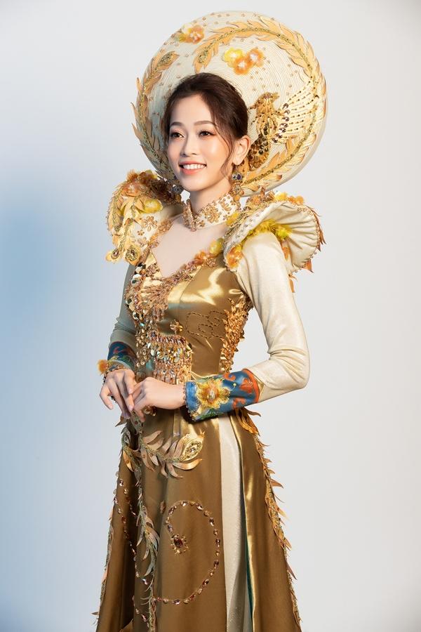 Nhà thiết kế Khánh Shyna hoàn thành trang phục trong vòng chỉ 3 ngàybởi thời gian cho Phương Nga chuẩn bị tại Miss Grand International 2018 rấtgấp rút.