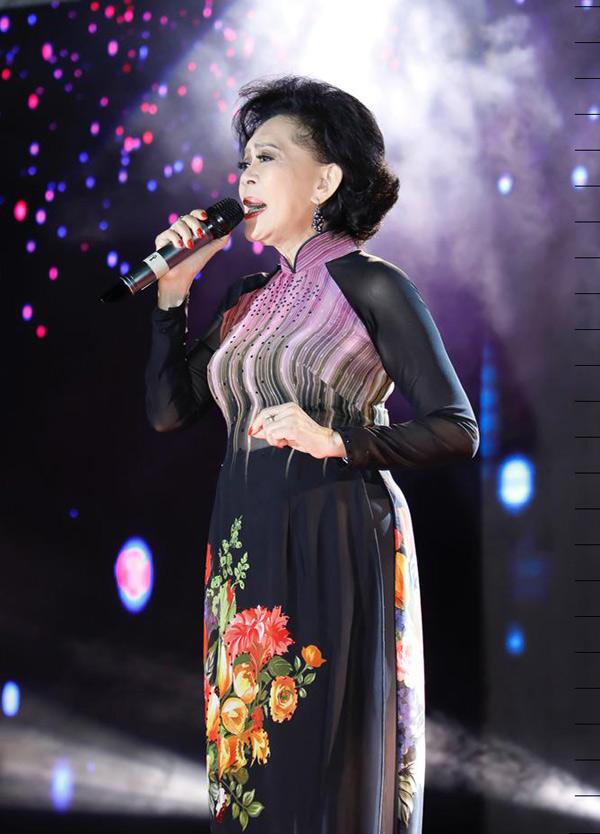 Ngoài lễ khánh thành, nam ca sĩ còn tổ chức chương trình nghệ thuật Nâng cánh ước mơ tuổi trẻ với sự tham gia của nhiều nghệ sĩ. Danh ca Giao Linh đã lâu mới có dịp hát cho khán giả Tây Nguyên nghe.