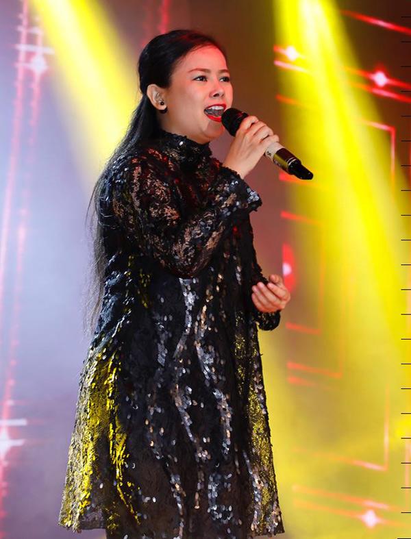 Ca sĩ Diễm Phương biểu diễn hết mình trong đêm nhạc.