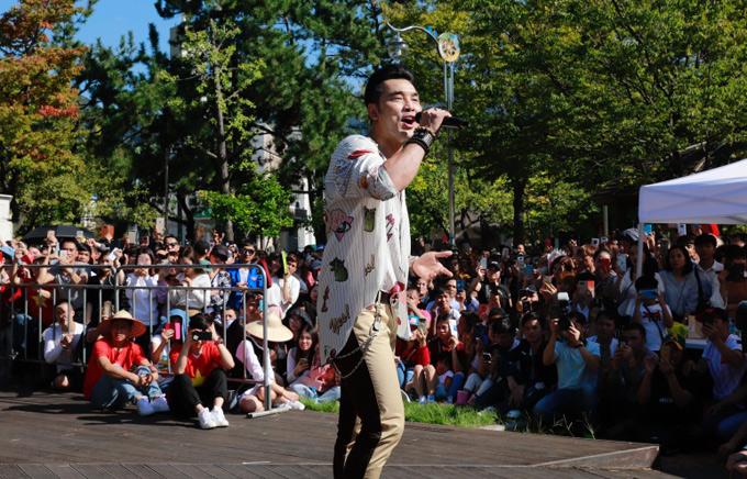 Anh được mời biểu diễn trong Lễ hội Văn hóa Việt Nam tại tỉnh Changwon - Hàn Quốc. Rất đông kiều bào người Việt đang sống ở đây tới nghe nam ca sĩ hát.