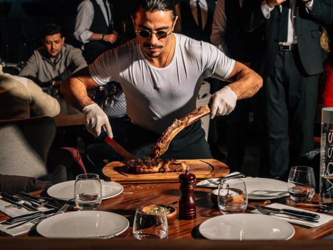 Salt Bae - \'đầu bếp rải muối\' cắt thịt không cần nhìn dao