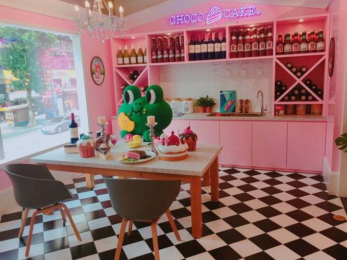 <p> Đặc sản xứ Hàn là những tiệm <strong>cà phê chủ đề</strong> siêu dễ thương khiến các cô nàng mê đắm. Một số gợi ý dành cho bạn như Line cà phê (ở Itaewon và Myeongdong), Kakao cà phê (ở Hongdae)... Bạn có thể thoải mái tạo dáng, chụp trăm kiểu ảnh ở những tiệm cà phê này dù mua đồ uống hay không.</p>