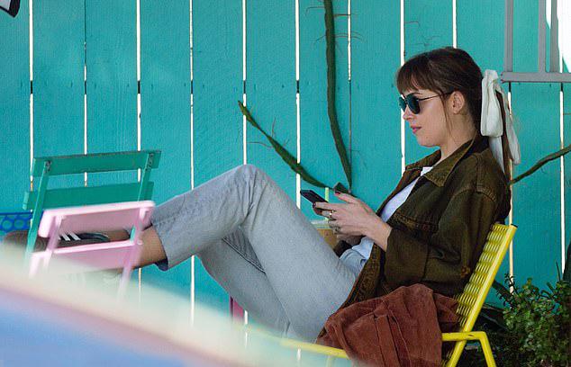 Người đẹp dành buổi sáng thứ 3 thư giãn tại một quán cafe ở Los Angeles.