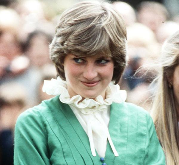 Bức ảnh chụp Diana với vẻ thẹn thùng và hơi cúi đầu năm 20 tuổi, khi bà vừa kết hôn với Thái tử Charles. Ảnh: WireImage.