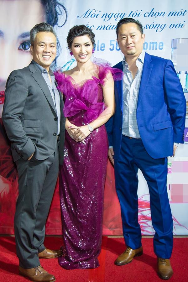 Mới đây, ca sĩ Nguyễn Hồng Nhung tổ chức buổi ra mắt sản phẩm mới của công ty do cô làm chủ tại Mỹ. Người đẹp được ông xã - doanh nhân Minh Quân(trái) tháp tùng tại sự kiện.
