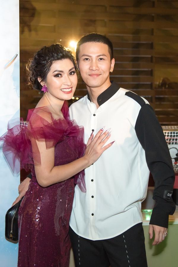 Mai Tiến Dũng tranh thủ thời gian lưu diễn ở Mỹ đến mừng người chị thân thiết Hồng Nhung.