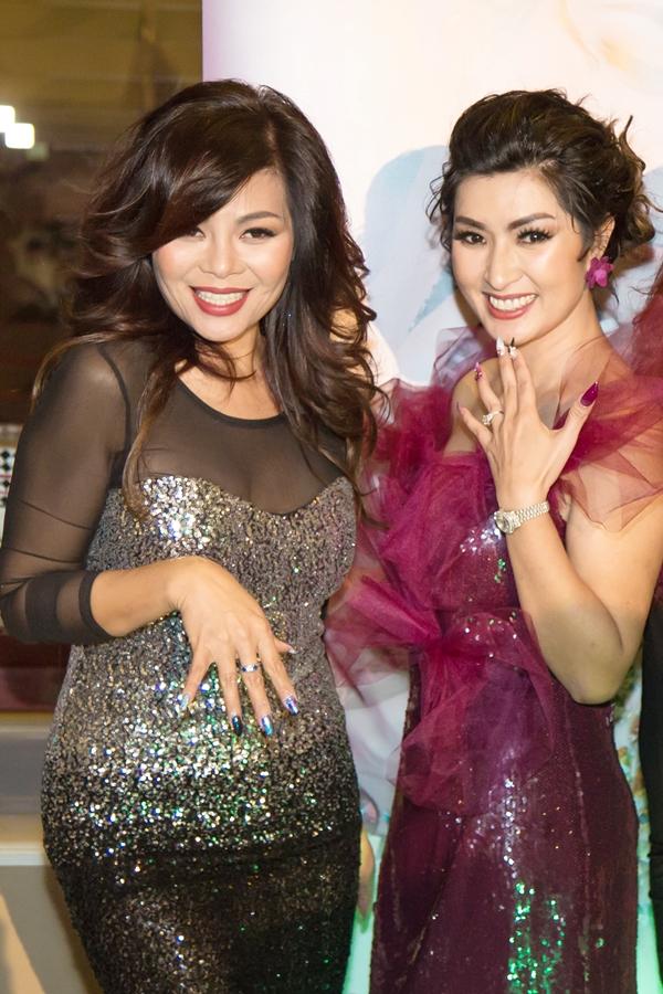 Ngọc Anh và Hồng Nhung hào hứng khoe bộ móng mới vừa được làmtại sự kiện.