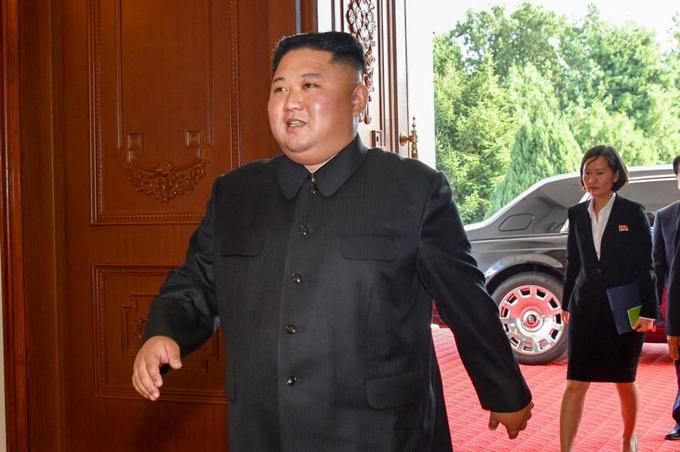 Ông Kim Jong-un bước xuống từ chiếc xe Rolls Royce khi đến gặp Ngoại trưởng Mỹ Mike Pompeo hôm 7/10. Ảnh: Alamy Live News.