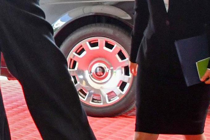 Biểu tượng chữ R đặc trưng trên vành lốp xe chở nhà lãnh đạo Triều Tiên. Ảnh: Alamy Live News.