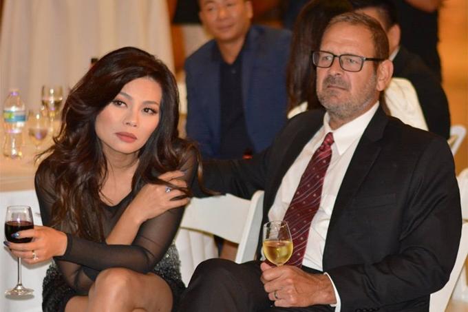 Ca sĩ Ngọc Anh 3A sánh đôi chồng Tây đến chúc mừng người bạn Hồng Nhung. Nữ ca sĩ từng có cuộc hôn nhân với nhạc sĩ Trần Hùng (con trai NSND Tường Vi) nhưng quan hệđổ vỡ cách đây hơn một năm. Hiện cô hạnh phúc bên tình yêu mới.