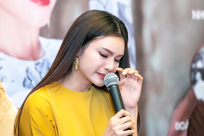 Trong buổi họp báo, Phạm Phương Thảo bật khóc khi nhắc đến gia đình. Trải qua hai lần đổ vỡ hôn nhân, cô giờ