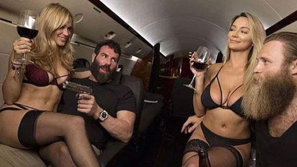 Năm 2013, Dan Bilzerian trở thành hiện tượng trên mạng xã hội, được mệnh danh là Vua Instagram. Diễn viên người Mỹ dấn thân vào con đường đỏ đen với mong muốn làm giàu.
