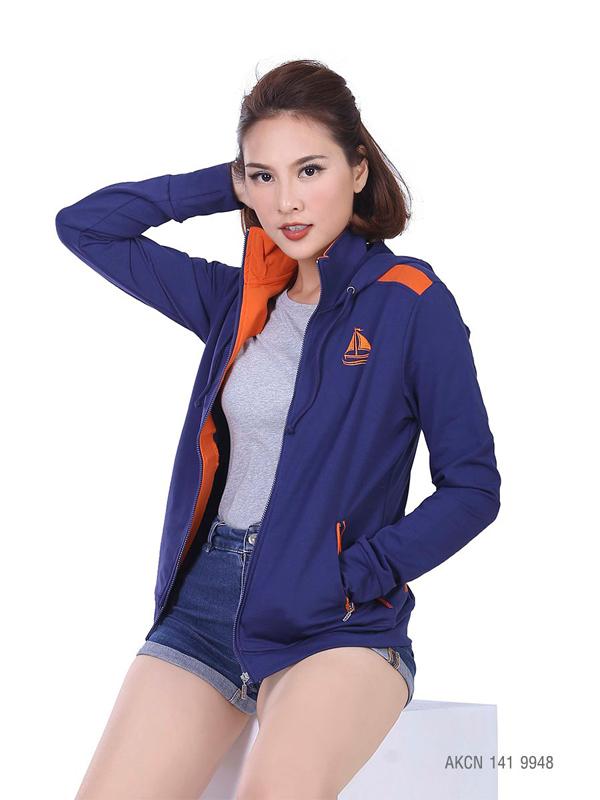 Màu sắc, thiết kế luôn được thương hiệuchú trọng cập nhật đểmang đến những sản phẩm đáp ứng nhu cầu khách hàng. Trong ảnh là áo khoác mãAKCN 141 9953.